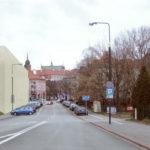 Widok wzdłuż ulicy Furmańskiej od strony Karowej. W oddali widoczna bryła Zamku Królewskiego i katedry św. Jana Chrzciciela