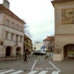 Widok wzdłuż ulicy Sowiej od Rynku Mariensztackiego. W głębi widoczny gmach biblioteki  zamykający perspektywę ulicy.