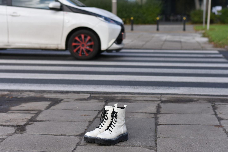 Białe buty stanęły wcałej Warszawie. Upamiętniają pieszych – ofiary wypadków drogowych